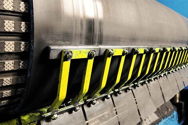 Adicione mais funcionalidade às suas correias transportadoras com acessórios de transporte.