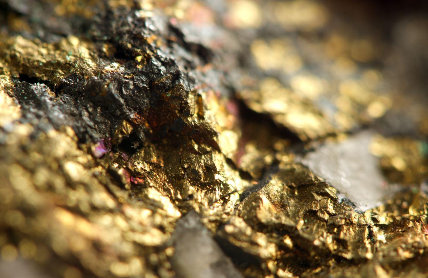 Un primer plano satisfactorio de un mineral de oro en bruto.